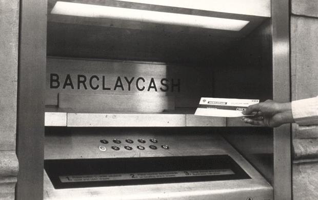 این دستگاه اسکناس تحویل نمیداد، تحویلی این دستگاه یک چک کاغذی بود که قابلیت خوانده شدن توسط ماشین را داشت. برگههای مورد استفاده محصول کمپانی دلارو بود که متخصص تولید اوراق بهادار بانکی بود