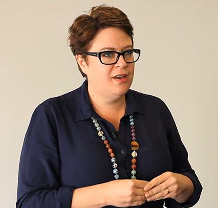 الیزابت لوملی معروف به لیز لوملی از قدرتمندترین زنان دنیا در بانکداری دیجیتال به شمار میآید و اکنون مدیر جهانی توسعه اکوسیستم استارتاپ بوتکمپ فینتِک و اینشورتِک است