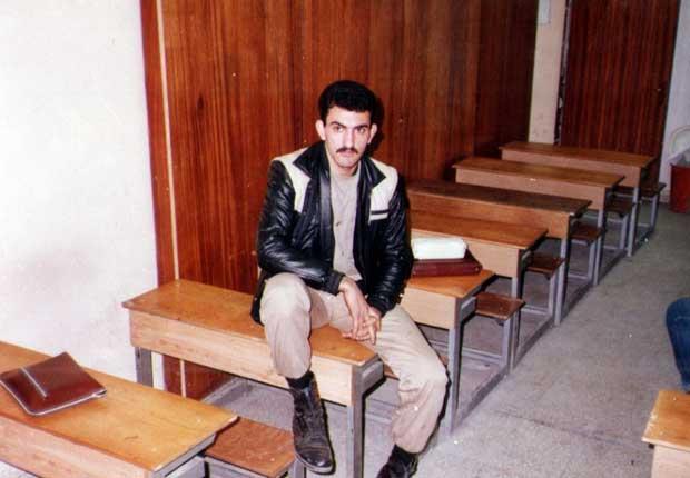 فرامرز خالقی هنوز سرباز است که به دانشگاه آزاد میرود و پس از تمام شدن خدمتش همزمان در دو گرایش برق که دیگری در دانشگاه امیرکبیر است تحصیل میکند.