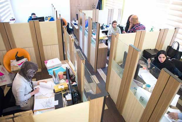 محیط کار شرکت رمیس شباهتی به سازمانهای دولتی ندارد و به نحو شادابی اداره میشود.
