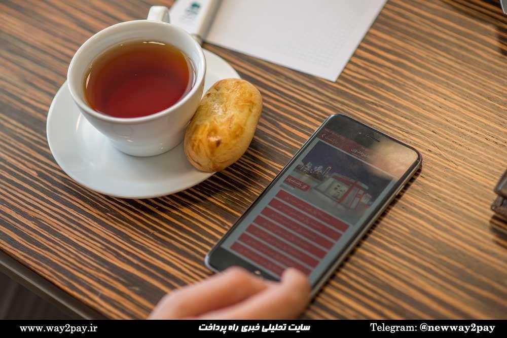 کاربر میتواند متن دلخواه خود را روی کارت بنویسد و رنگ، فونت، سایز و محل قرارگیری آن را تعیین کند