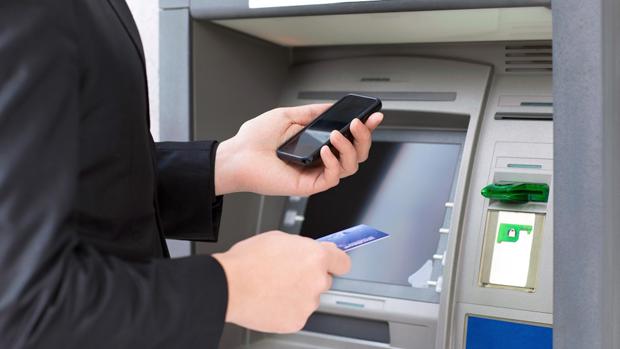 در کره جنوبی بانک شینهان دارای خودپردازهای هوشمندی است که خدمات را به صورت تعاملی و با اتصال به تلفنهای همراه هوشمند ارایه میکنند.