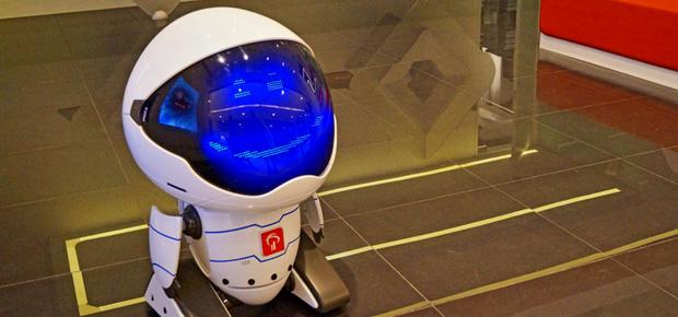یکی از بزرگترین بانکهای برزیل است در شعبه سائوپائولوی توسط روبات به استقبال مشتریان میرود