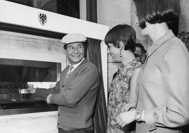 اولین تراکنش تاریخ خودپراز در 27 ژوئن 1967 توسط رگ وارنی کمدین انگلیسی معروف آن زمان صورت پذیرفت ولی باز هم این دستگاه اسکناس تحویل نمیداد، تحویلی این دستگاه یک چک کاغذی بود